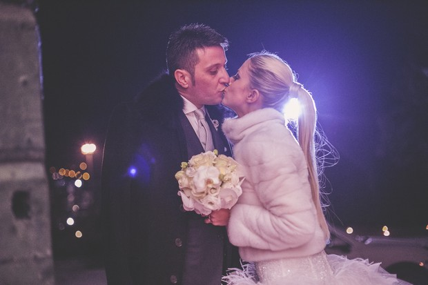 27-winter-wedding-kiss-outdoors