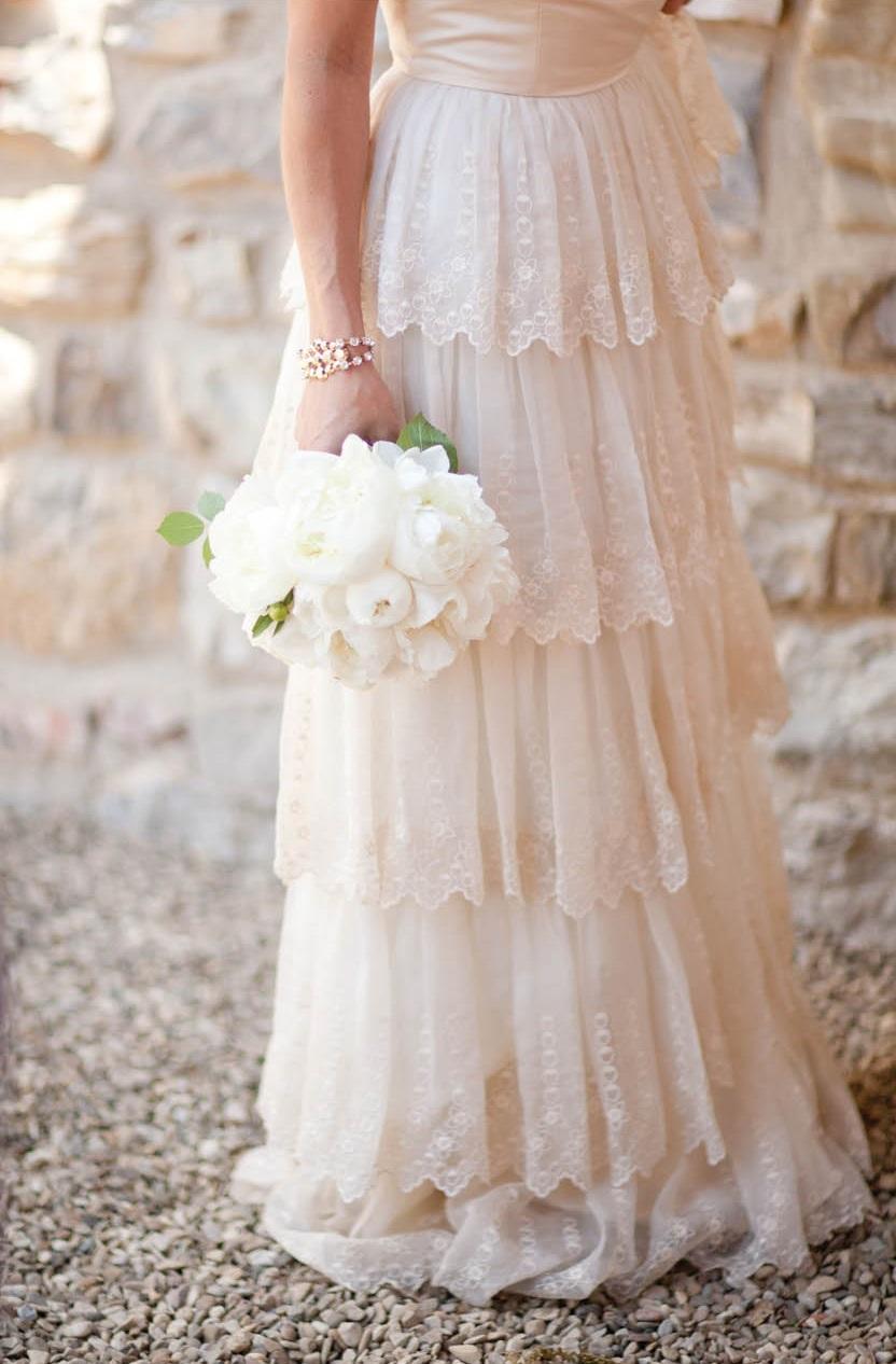 Detalles del vestido de boda digno de desmayarse-BHLDN-falda-escalonada-alchemyfineevents