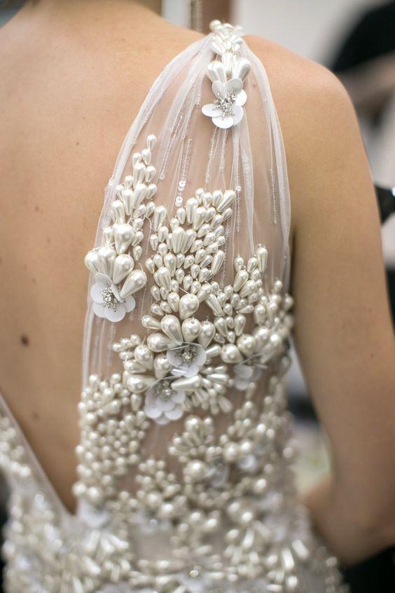 Detalles del vestido de novia de Swoon-Worthy-Naeem-khan-pearls