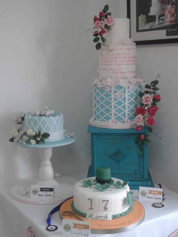 cake-rise-flower-adorned-wedding-cake