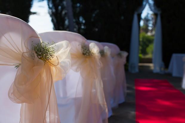 6-elegant-outdoor-ceremony-decor-marbella-pew-ends