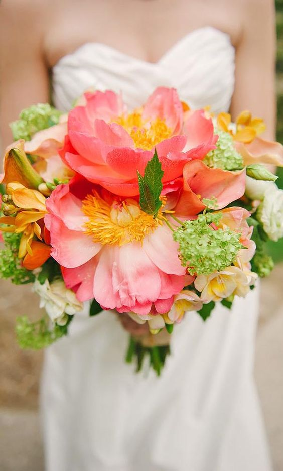 14 super sweet summer wedding bouquets you 39 ll adore for Bright wedding bouquet