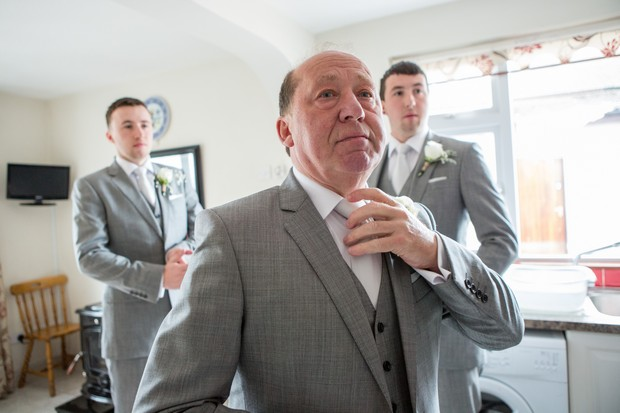 12-groomsmen-getting-ready-photo-wedding-morning-weddingsonline (1)