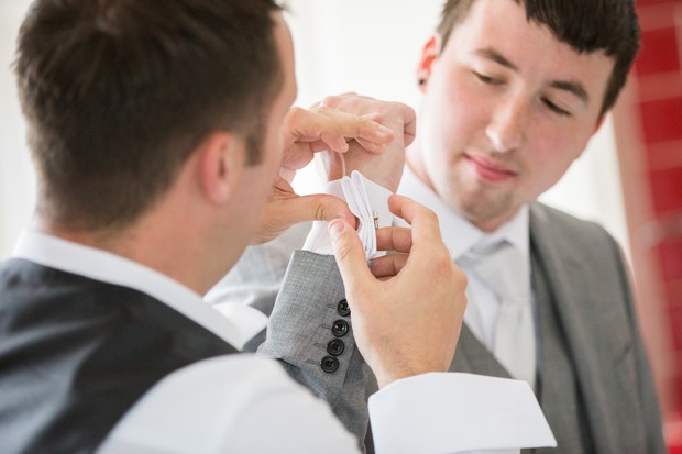 12-groomsmen-getting-ready-photo-wedding-morning-weddingsonline (3)