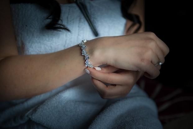 3-bride-with-jewellery-bracelet