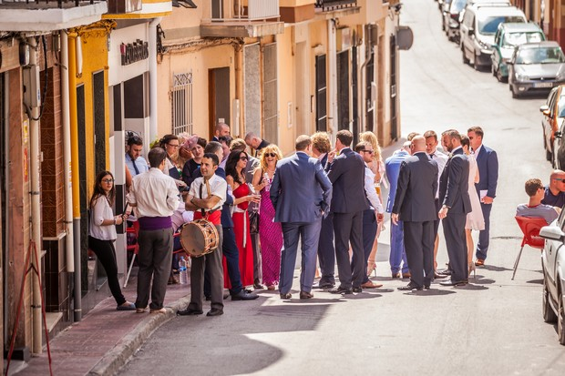 Real-Destination-Wedding-Alicante-Spain-Guests-Walking-Photos-weddingsonine (2)
