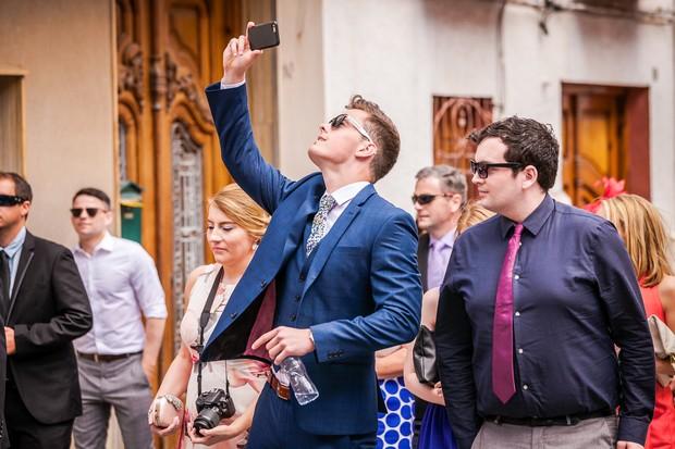 Real-Destination-Wedding-Alicante-Spain-Guests-Walking-Photos-weddingsonine (7)