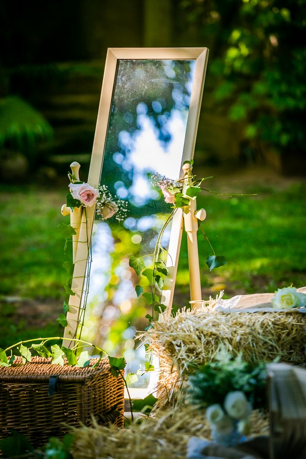 real-wedding-decor-mirror-outdoor-summer-weddingsonline
