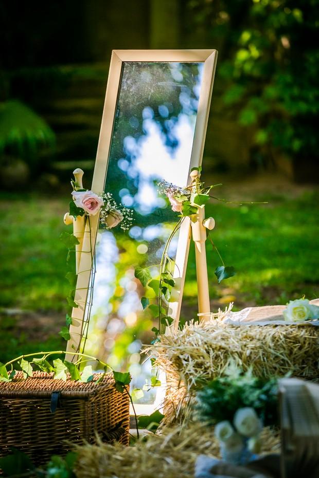 real-wedding-decor-mirror-outdoor-summer-weddingsonline