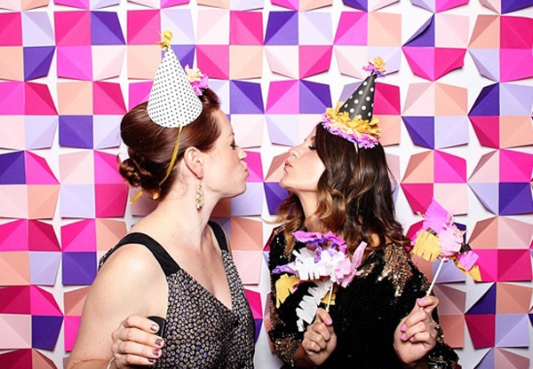 wedding-photo-booth-backdrop-ideas-colourful-geometric-paper