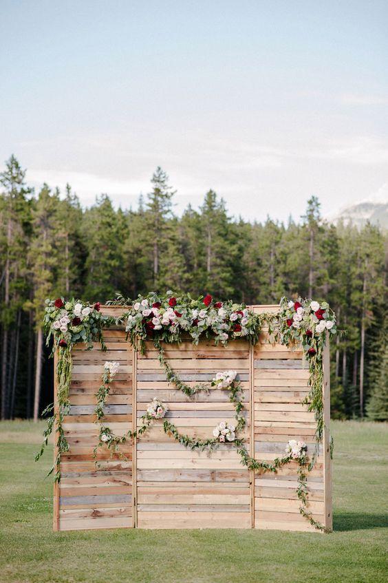 wedding-photobooth-backdrop-ideas-crate-flower-garlands