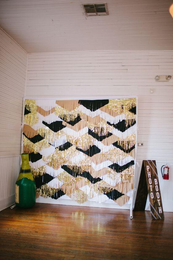 wedding-photobooth-backdrop-ideas-glam-party-black-gold