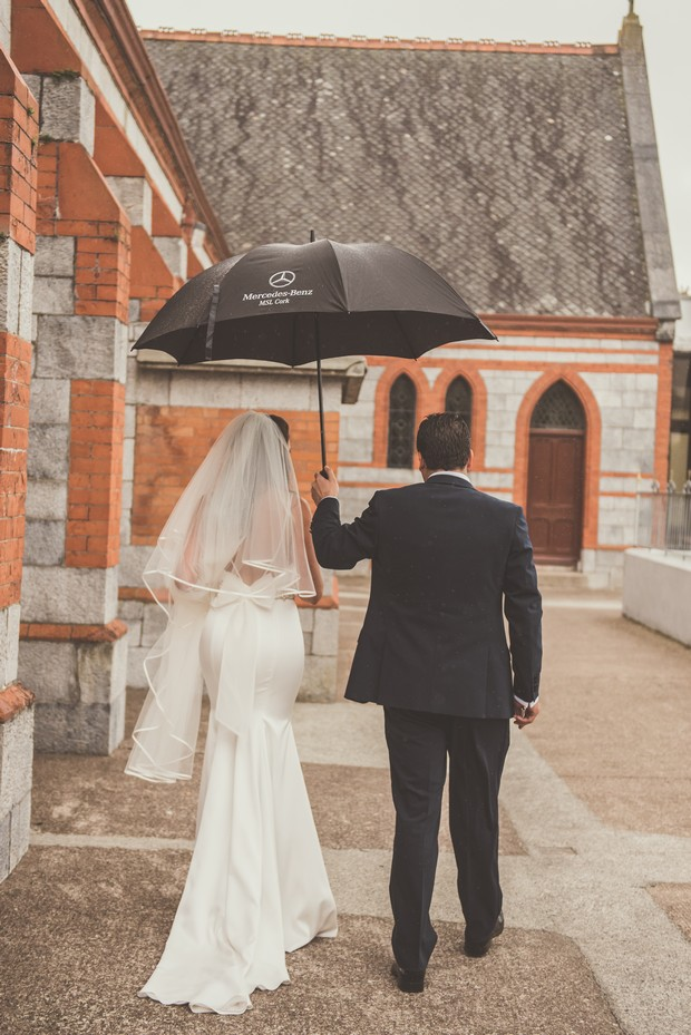 26-rain-wedding-day-wedding-photo-umbrella-weddingsonline
