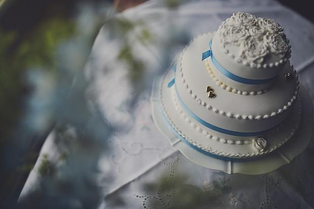 11-vintage-style-wedding-cake-blue-white-gold-weddingsonline