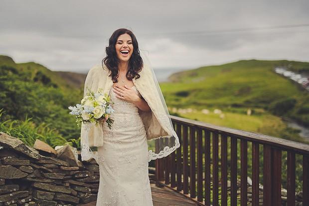 22-Vintage-Winter-Bride-Wedding-Coverup-Faux-Fur-Glamour-weddingsonline