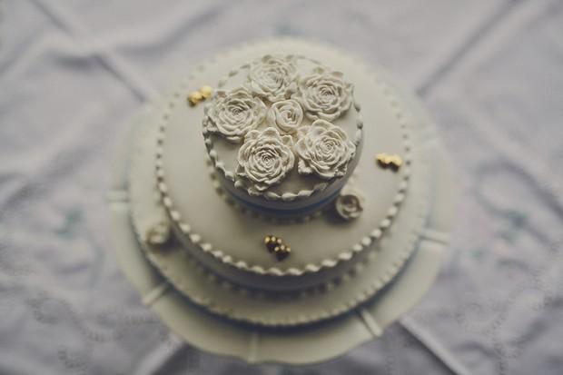 8-Vintage-decorated-three-tier-wedding-cake-DKPhoto-weddingsonline