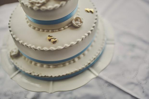 9-Vontage-White-Blue-Gold-Wedding-Cake-weddingsonline