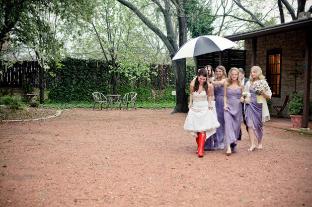 bridesmaids-holding-umbrellas