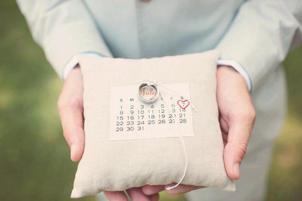 custom-calendar-ring-pillow-wedding