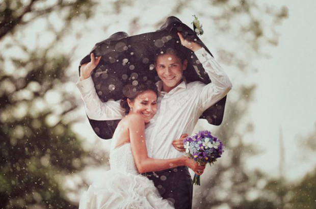 groom-holding-jacket-over-bride's-head-rmantic-rainy-day-wedding-photos
