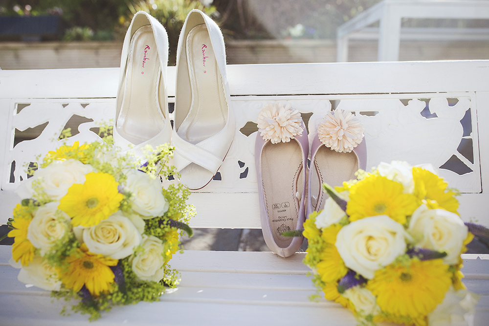 04-Yellow-White-Spring-Wedding-Details-Bouquet-Shoes-weddingsonline (1)