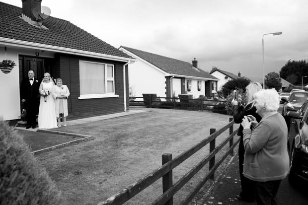 22-traditional-wedding-ireland-bride-leaving-house-neighbours-weddingsonline