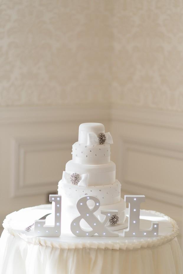 33-white-on-white-simple-chic-wedding-decor-winter-wedding-style (3)