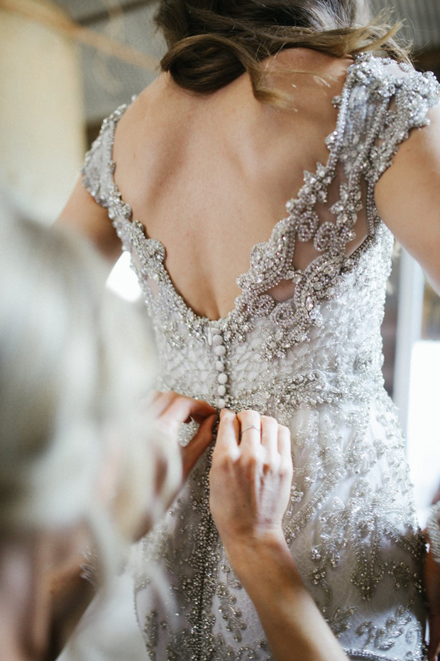Anna-Campbell-Sparkle-Silver-vestido-de-boda-espalda-weddingsonline