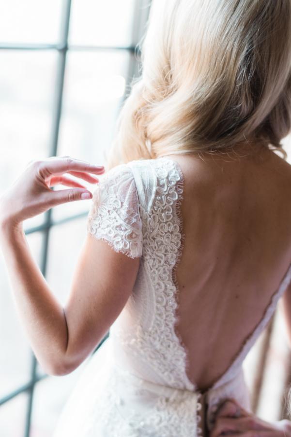 Lihi-Hod-Encaje-Espalda-Escotada-Vestidos de novia-weddingsonline