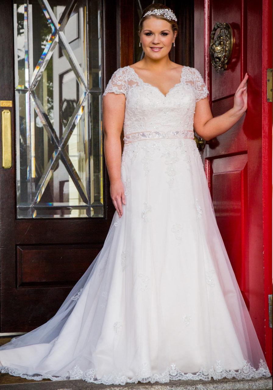 14 fabulous plus size wedding dresses for 2017 brides for Wedding dresses size 14
