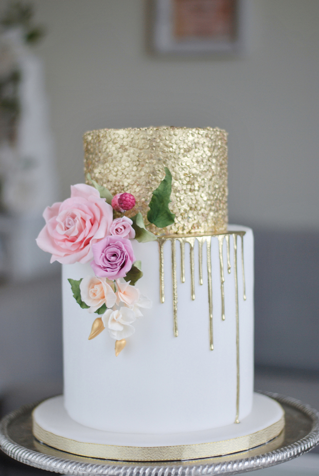 white wedding cake with gold glitter 25 stunning sparkling amp metallic wedding cakes 27412
