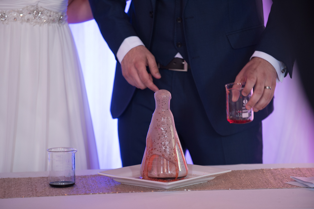 14-Science-Themed-Wedding-Ceremony-Sand-Beaker-Flask-weddingsonline (2)