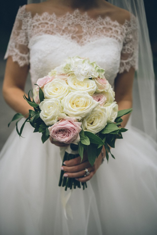 29-Simple-classic-bouquet-cream-roses-lace-wedding-dress-Emma-Russell-Photography-weddingsonline