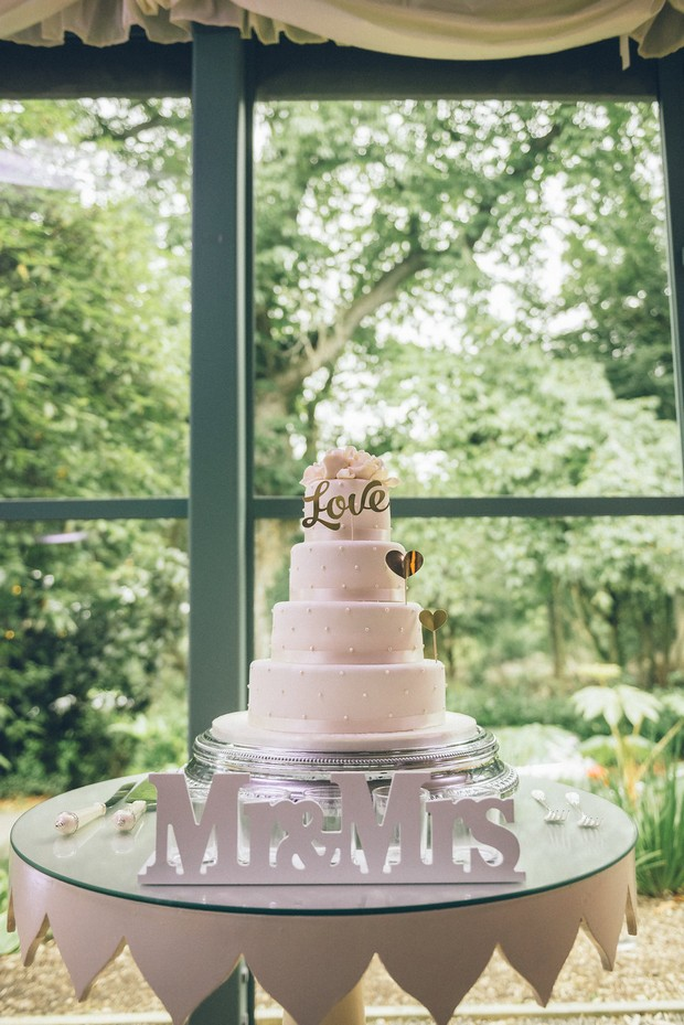 36-Classic-chic-white-wedding-cake-mr-mrs-sign-weddingsonline