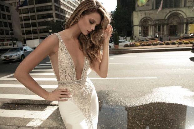 Berta-Bridal-2017-Colección-de-vestidos-de-novia-con-cuello-en-V-profundo-0O7A2356-mrs2be